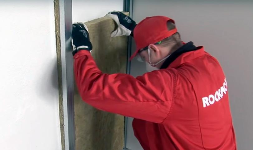 укладка звукопоглощающего материала для шумоизоляции стен в квартире